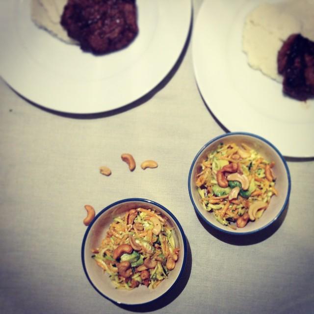 Rauwe courgettesalade met wortel, geitenkaas, avocado, cashew